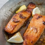 Honey and garlic salmon, a very simple dish with fish that is perfect for ...