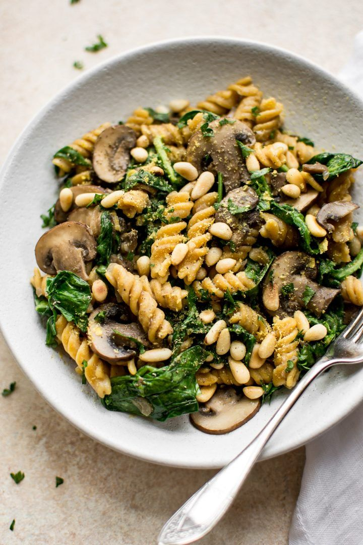This healthy vegan spinach and mushroom pasta is quick and delicious comfort foo…