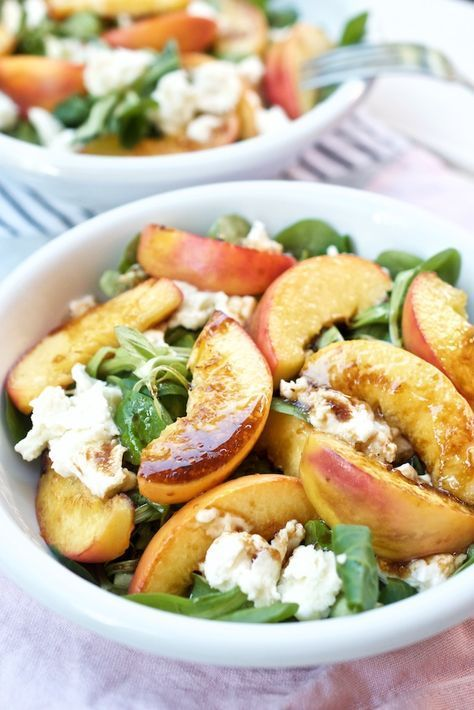 Perfect summer salad. Recipe healthy and tasty: lamb's lettuce with fried peach …