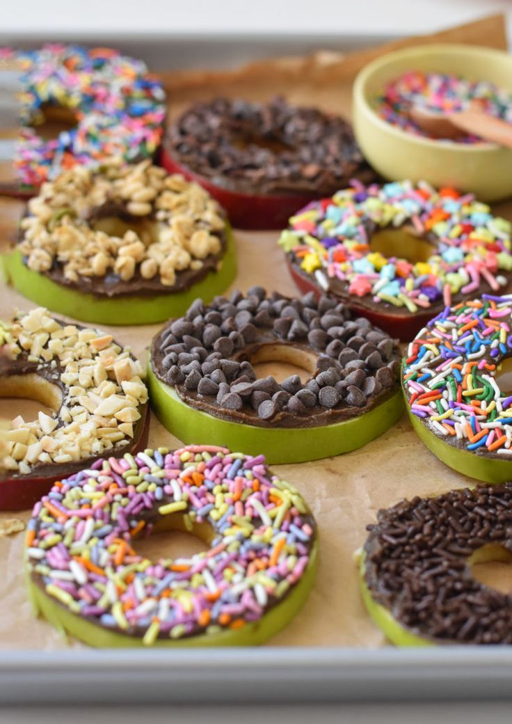 These easy, no bake apple donuts are the perfect after school snack for kids, fu…